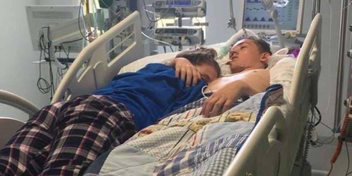 Emotiva despedida: joven duerme abrazada a su novio en el hospital a minutos que lo desconecten