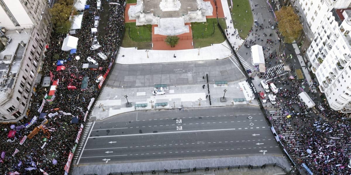 Manifestantes a favor y en contra del aborto rodean el Congreso argentino