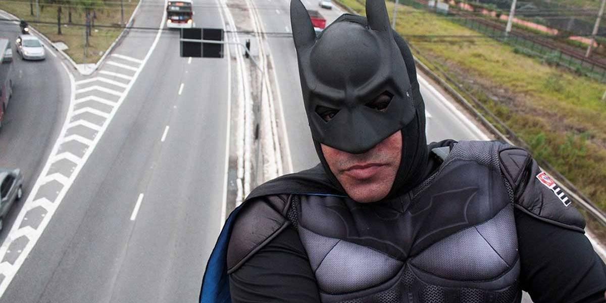 Homem fantasiado de Batman sobe em ponte e faz protesto contra corrupção