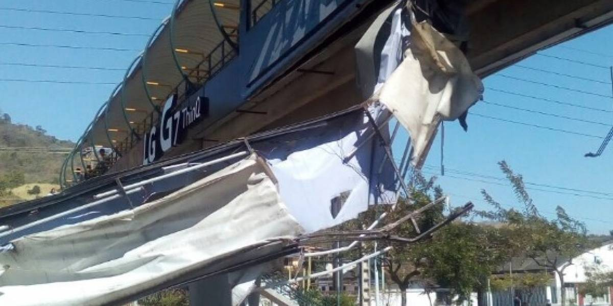 Agente de la ATM resultó herida tras desplome de una valla publicitaria