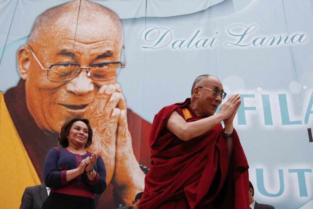 La ex lider sindical observa al Dalai-Lama en 2011 Foto: Cuartoscuro