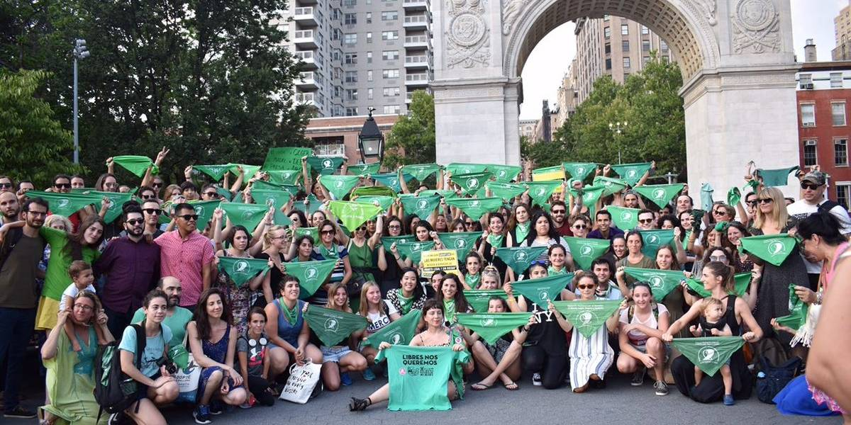 """""""¡Aborto legal, seguro y gratuito!"""": así se vive el pañuelazo internacional en apoyo a la despenalización en Argentina"""