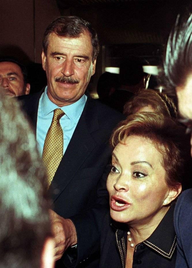 Vicente Fox es acompañado por la entonces líder sindical Foto: Cuartoscuro