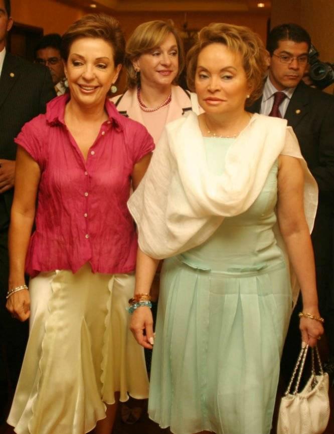 Marta Sahagún, esposa de Vicente Fox, es acompañada por Elba Esther Gordillo Foto: Cuartoscuro