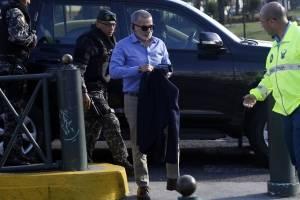 Fernando Alvarado llegó escoltado por policías a la fiscalía para rendir su versión voluntaria