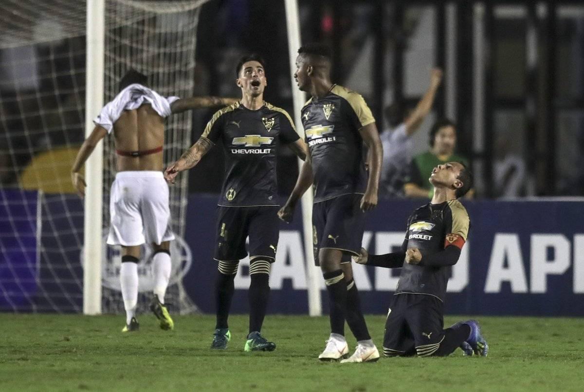 Los jugadores de LDU celebran la clasificación hoy, tras un partido de la Copa Sudamericana entre el Vasco da Gama y el LDU Quito, en el estadio de Sao Januário, en Río de Janeiro