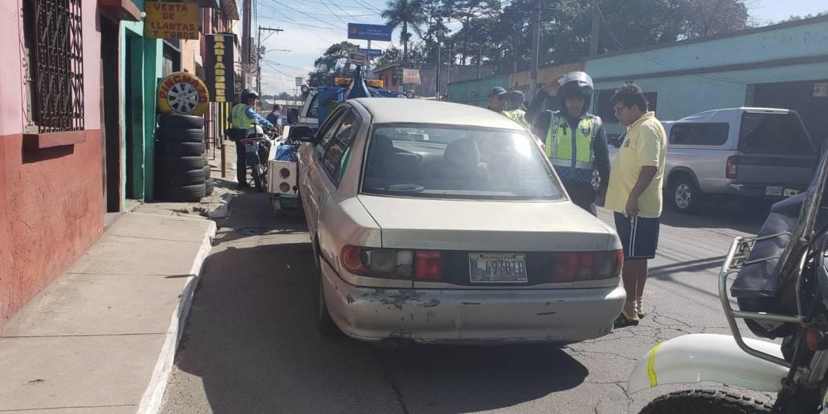 VIDEO. Conductor en aparente estado de ebriedad desobedece alto por trabajos de recapeo en Villa Nueva