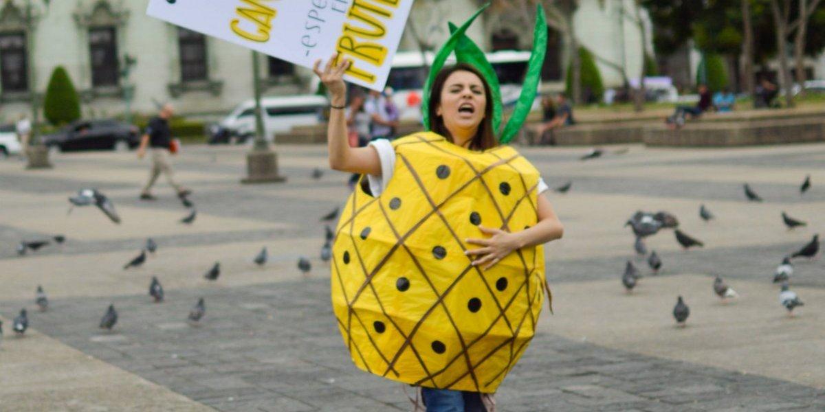 Guatemaltecos salieron a la calle disfrazados de fruta por una buena razón