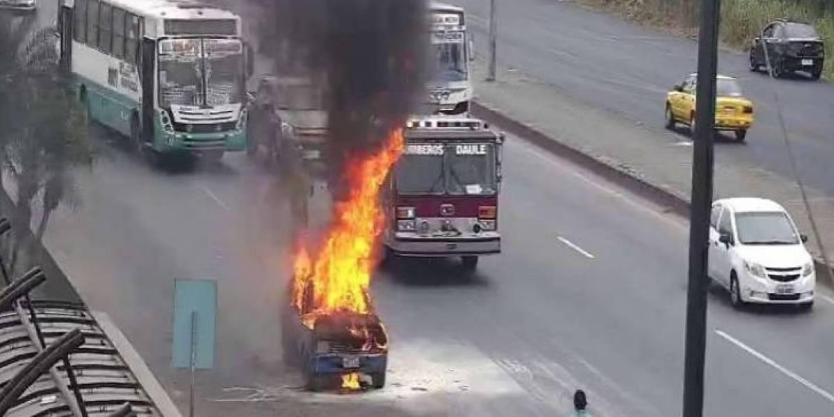 Un auto se incendio en plena vía del cantón Daule