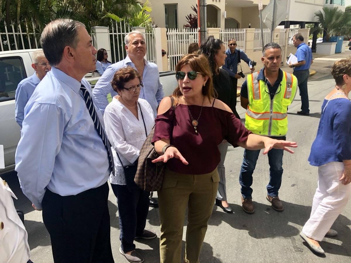 En la foto, el senador Henry Neumann y la líder comunitaria Lizie Rosso, durante la vista ocular en la zona de Condado en San Juan. / Foto: David Cordero Mercado