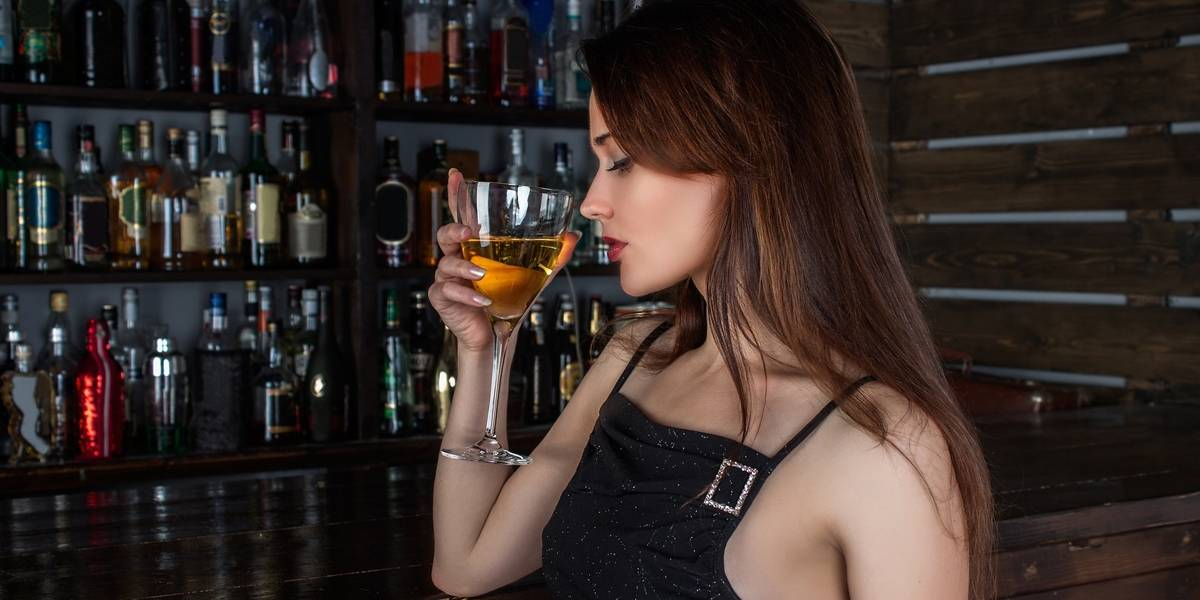 Consumo de bebida alcóolica pode piorar sintomas da TPM, diz estudo