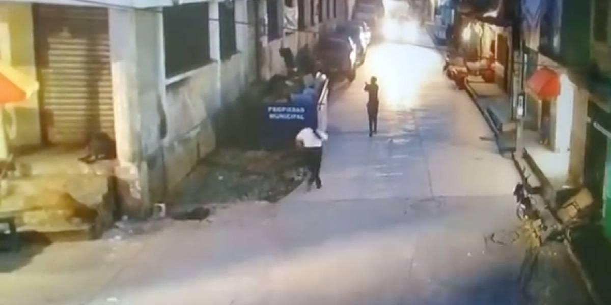 VIDEO. Mujer policía copa a balazos a delincuente