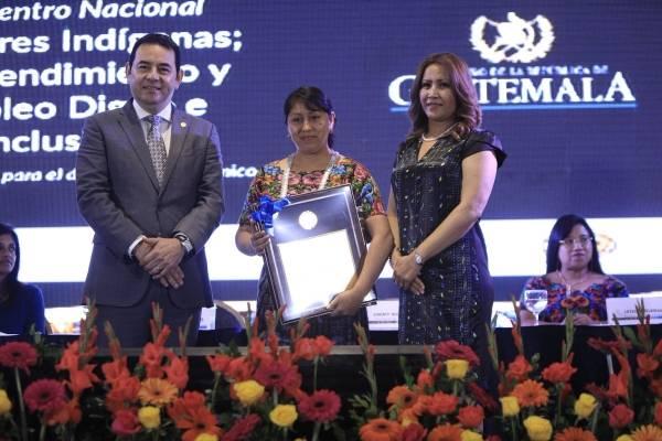 Gobierno entrega reconocimientos a mujeres emprendedoras