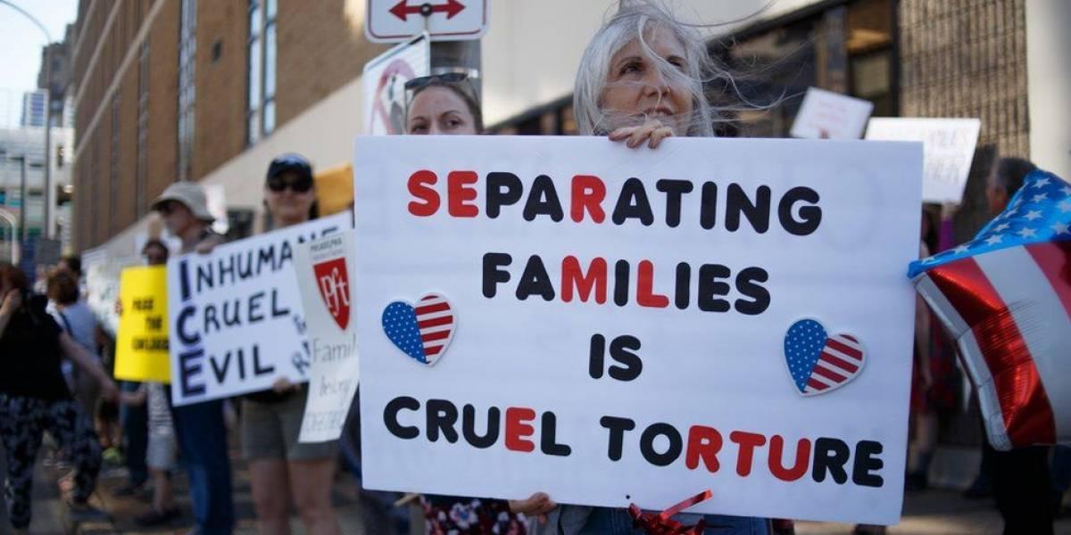 Por qué un juez de Estados Unidos ordenó el regreso al país de un avión que llevaba al El Salvador a una madre migrante con su hija