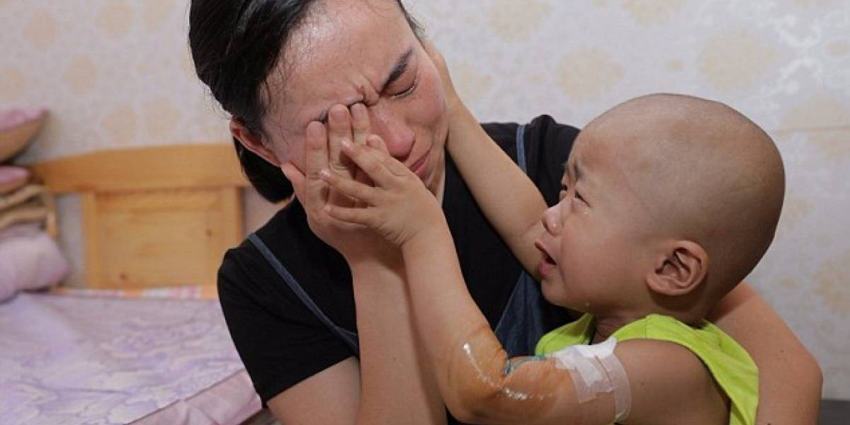 Niño de 3 años con cáncer consuela a su madre tras gastar todos sus ahorros en su tratamiento y quedar sin dinero