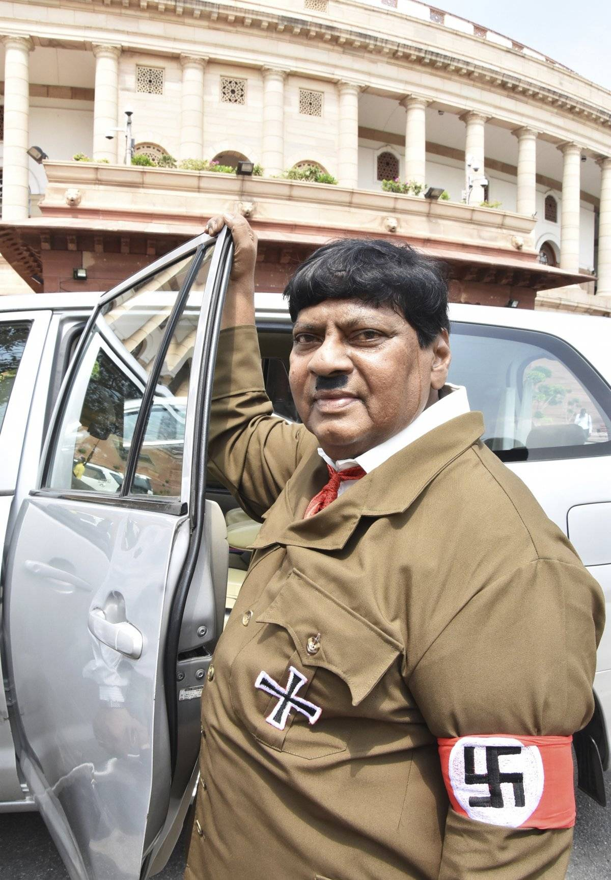 legislador en India se disfraza de Hitler