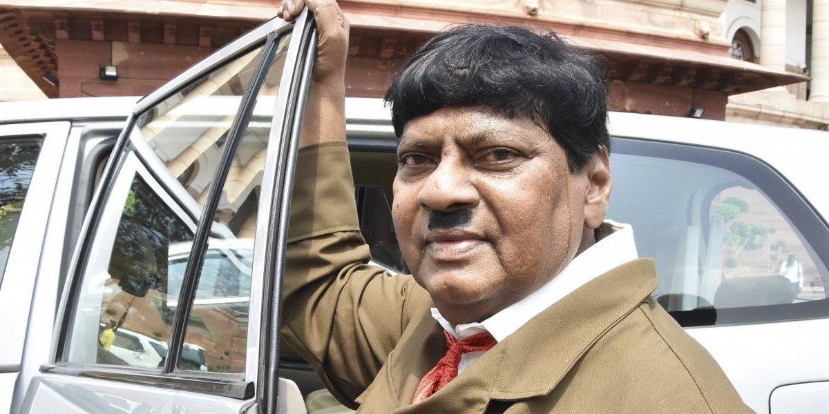 Incluso hizo el saludo nazi frente a las cámaras: legislador en India se disfraza de Hitler como protesta