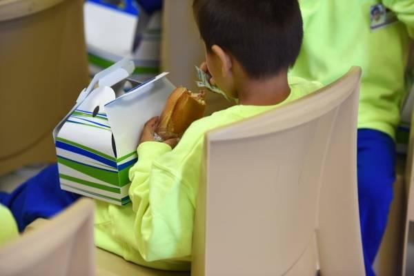 Esta foto del 9 de agosto del 2018 suministrada por el ICE, muestra a un niño comiendo un sándwich en el Centro Residencial de Familias del Sur de Texas en la localidad de Dilley. (Charles Reed/U.S. Immigration and Customs Enforcement via AP)