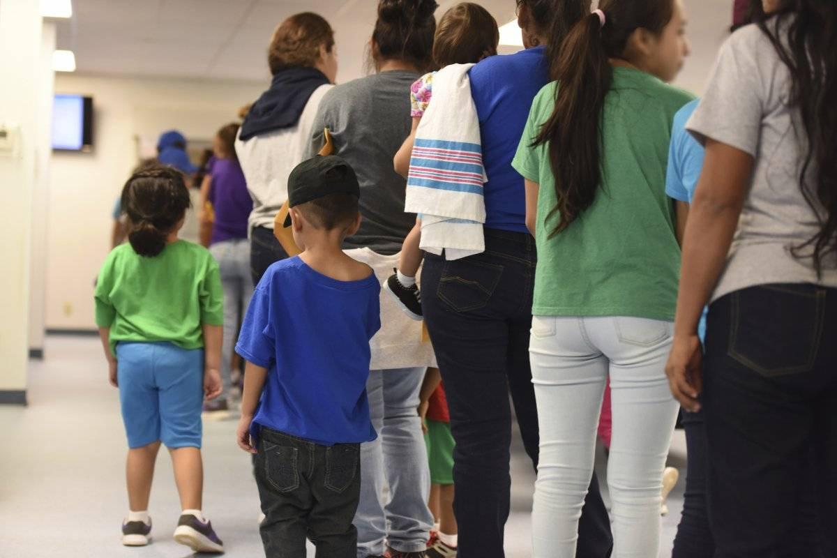 Mujeres con sus hijos hacen cola en el Centro Residencial de Familias del Sur de Texas en la localidad de Dilley. (Charles Reed/U.S. Immigration and Customs Enforcement via AP)