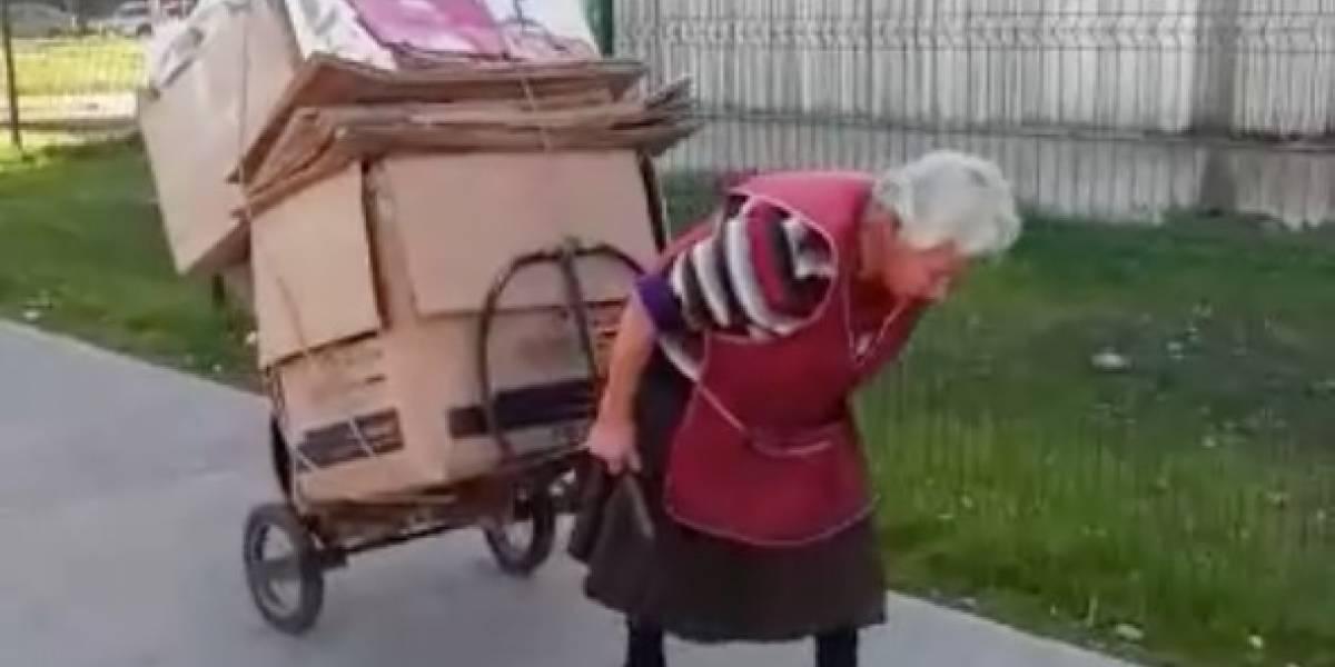 Indignación nacional tras caso de abuela de 81 años que acarrea cartones y recibe pensión de apenas $120 mil