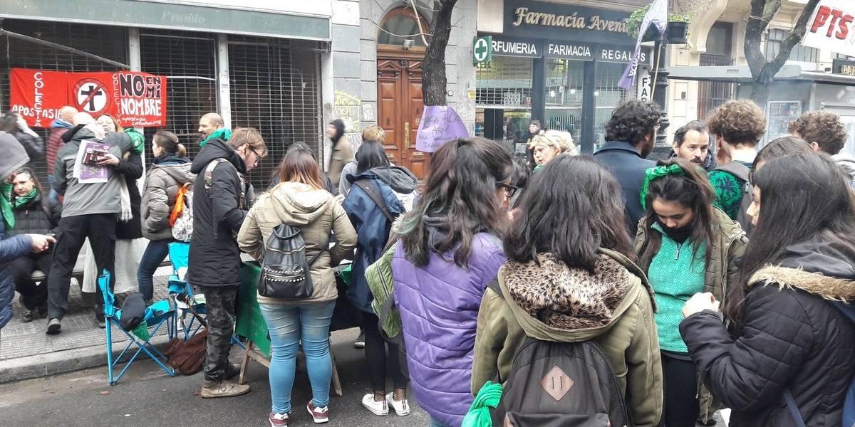 """""""Iglesia y Estado, asunto separado"""": enormes filas en Argentina para renunciar al catolicismo motivadas por la discusión de aborto libre"""