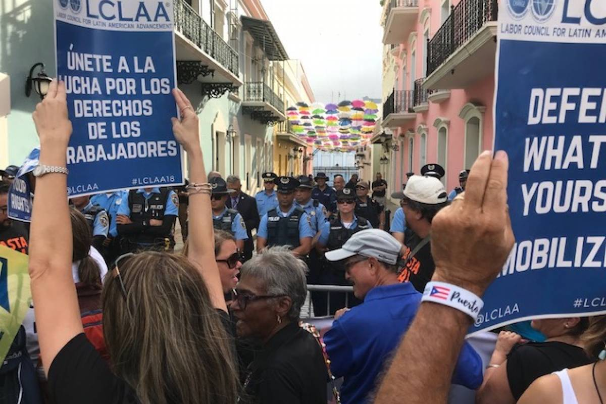 Los manifestantes fueron bloqueados por agentes de la Policía de Puerto Rico, en el extremo de la Calle de La Fortaleza que da hacia la mansión ejecutiva. / Foto: David Cordero Mercado