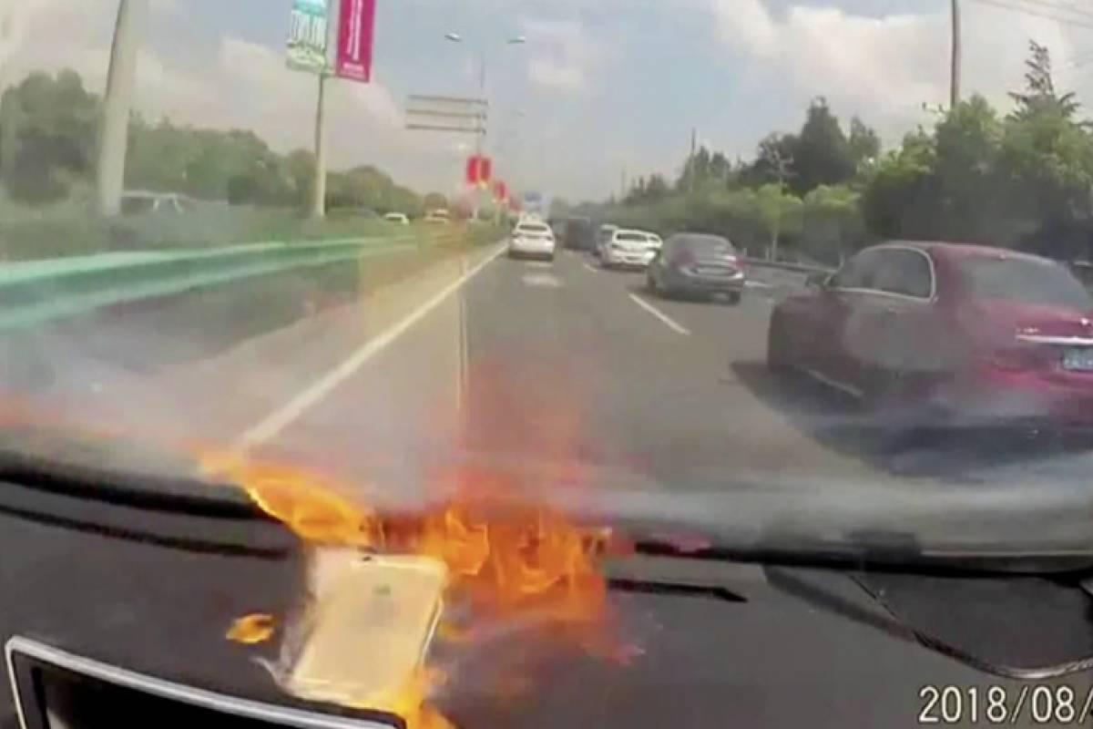 Mientras manejaba, su iPhone explota y arde