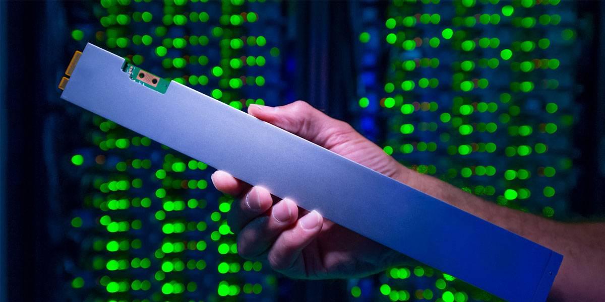 La primera SSD con forma de regla de Intel almacena 32 TB