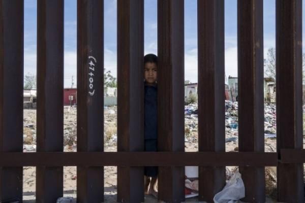 Niño migrante mexicano en el muro
