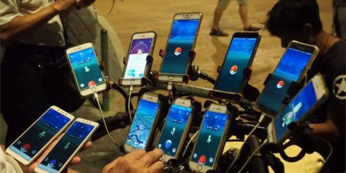 """El abuelo Pokémon """"evolucionó"""" y ahora juega con 64 teléfonos adaptados a su bicicleta"""