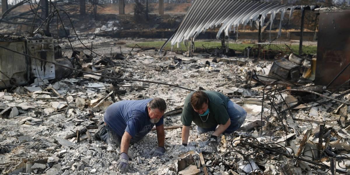 Avanzan en el control de un incendio en el sur de California