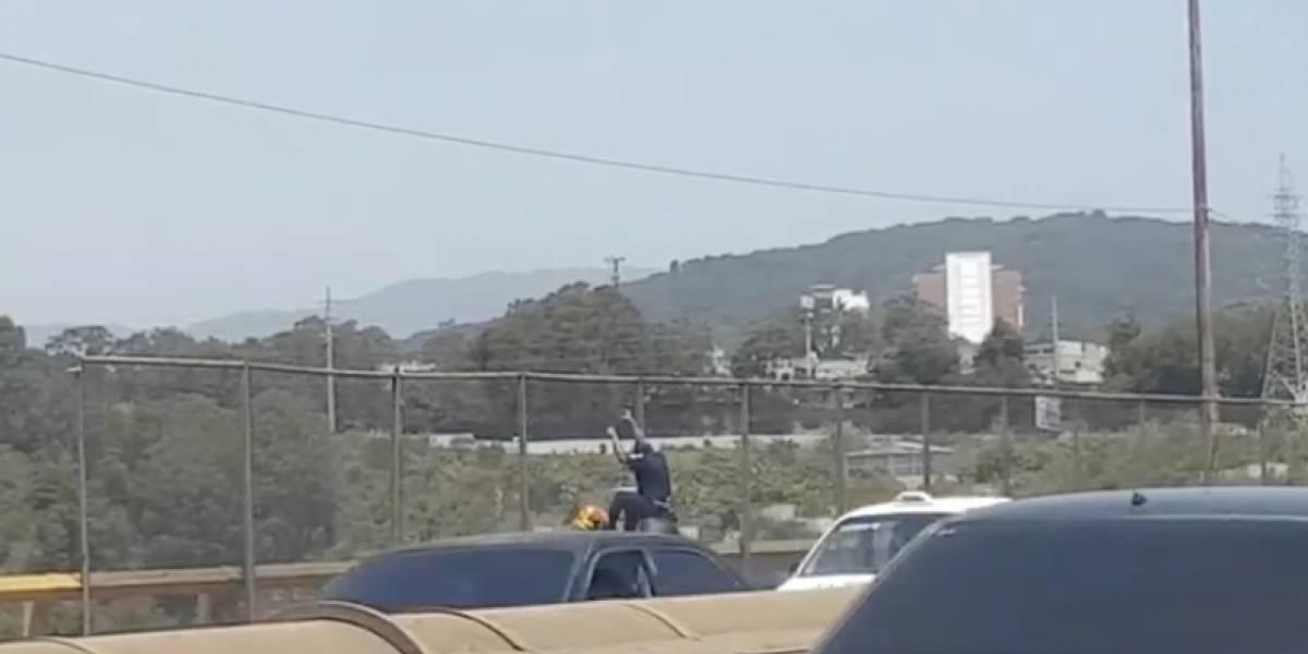 VIDEO. Graban momento en que hombre intentó lanzarse del puente del Incienso