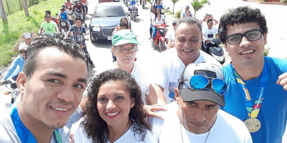 VIDEO. Medallistas de oro en Barranquilla causan algarabía a su llegada a Petén