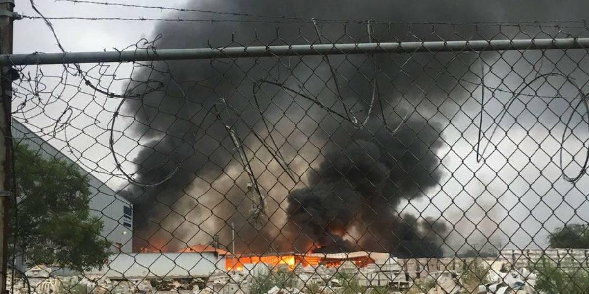 Fuerte incendio consume bodega en Apodaca, Nuevo León