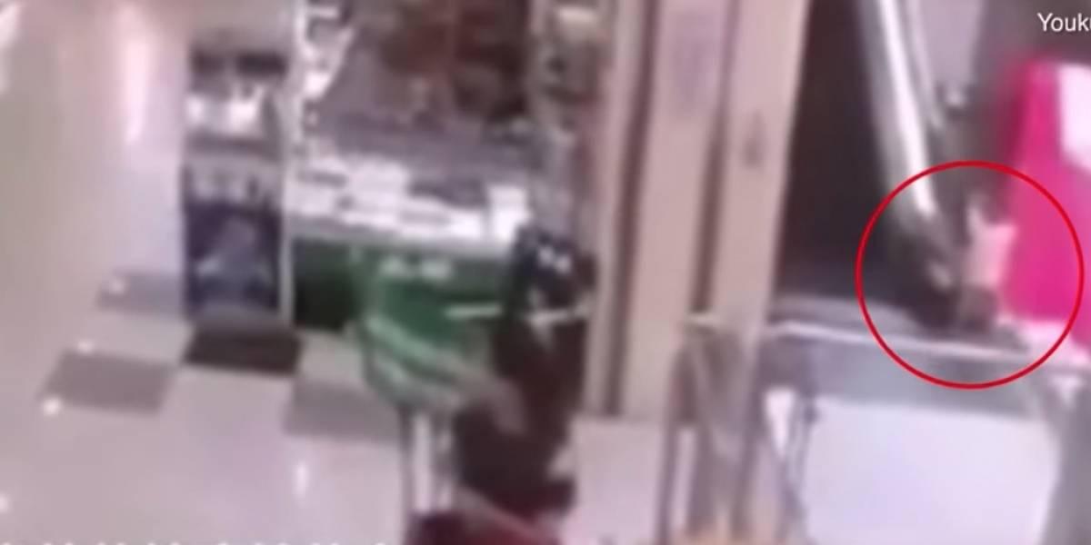 Niño muere al caer de unas escaleras eléctricas de centro comercial