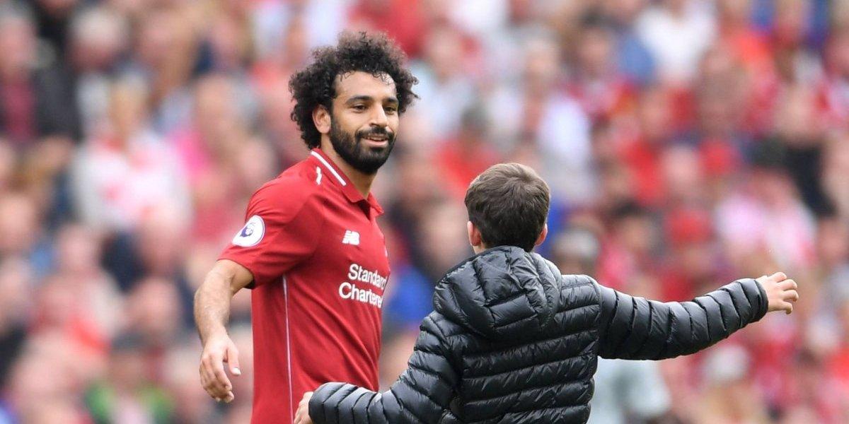 Mohamed Salah abrazó a niño que saltó al campo en el partido del Liverpool