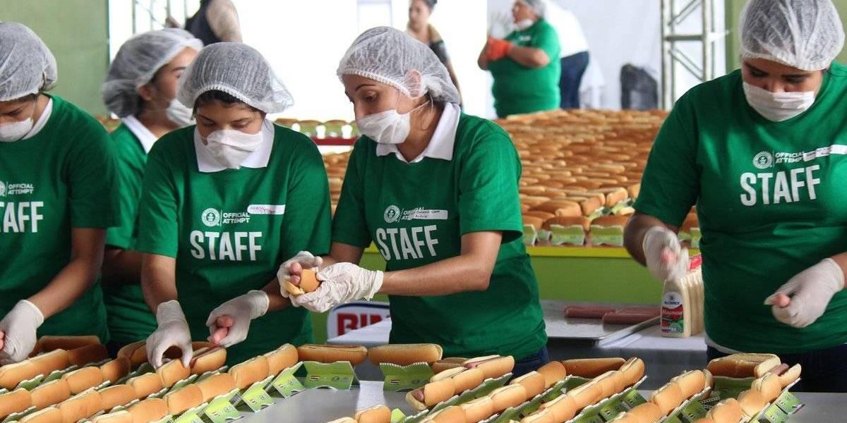 México rompe Récord Guinness y hace la fila de hot-dogs más larga del mundo