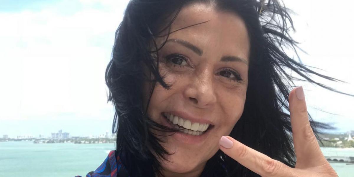 Alejandra Guzmán cautiva con sexy bikini a sus 50 años