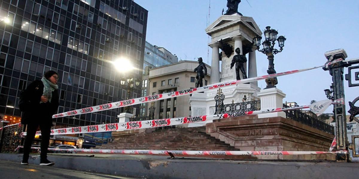 Cabo de la Armada choca con rejas de monumento a Prat en Valparaíso: acompañante quedó grave