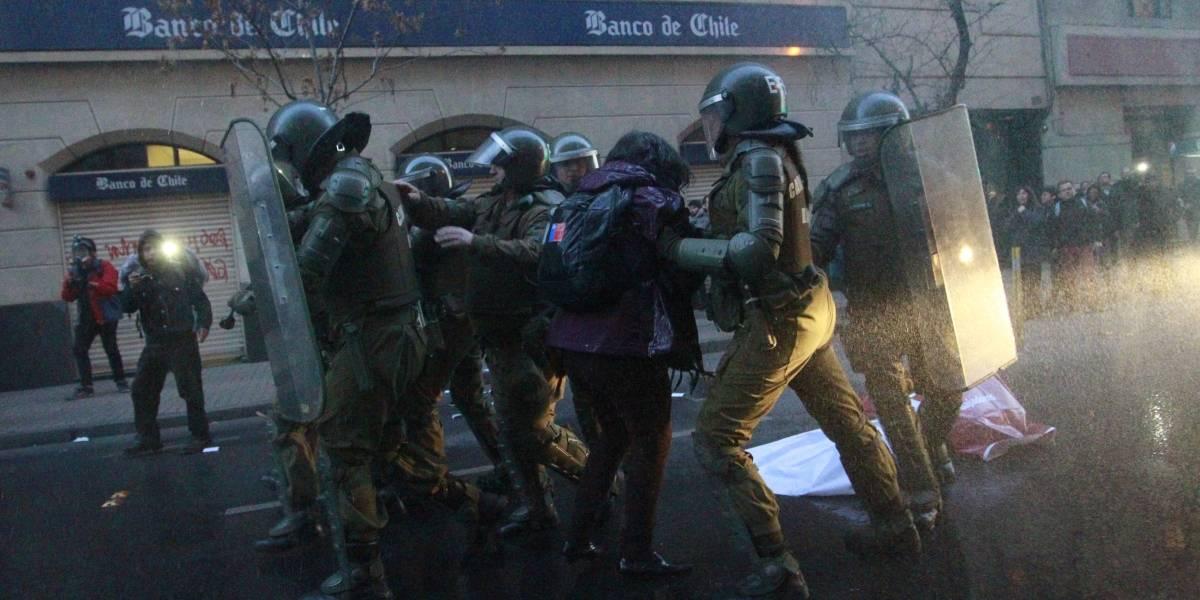 Estatuto laboral Juvenil generó protestas en Santiago: Carabineros disolvió marcha estudiantil en Teatinos
