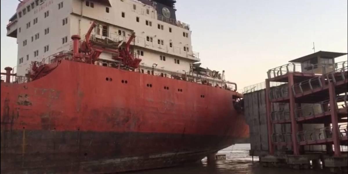 Barco de gran magnitud se impactó y dañó gran parte del puente peatonal Durán- Santay