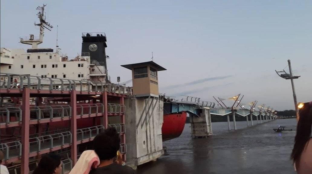 Barco de gran magnitud se impactó y dañó gran parte del puente peatonal Durán- Santay Twitter Cheo Gómez