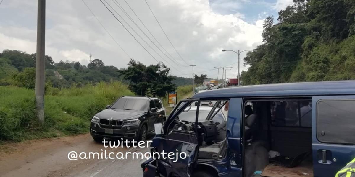 Cuatro vehículos chocan en crucero Cuatro Caminos, en zona 16