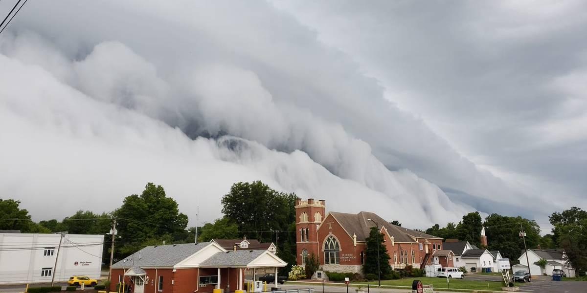 """¡Cómo para salir corriendo! El aterrador """"tsunami"""" de nubes que sorprendió a un pequeño pueblo de Illinois"""