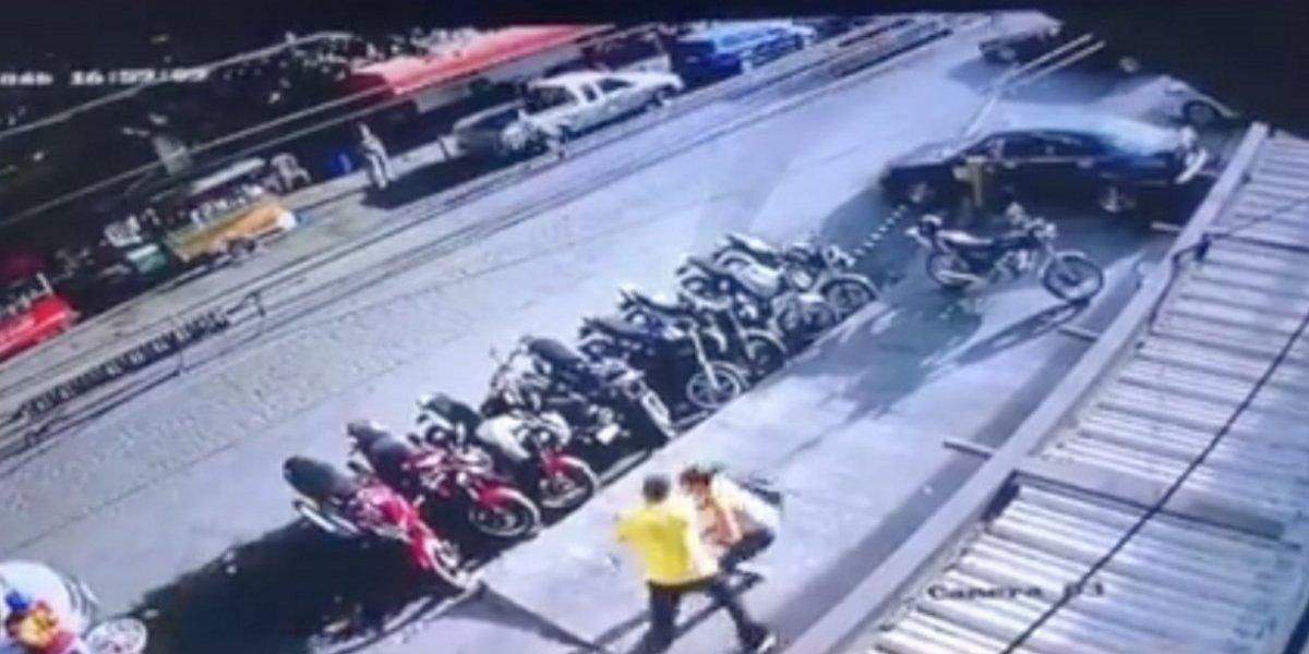 VIDEO. Agentes de la PNC intervienen en brutal golpiza a una mujer en zona 12