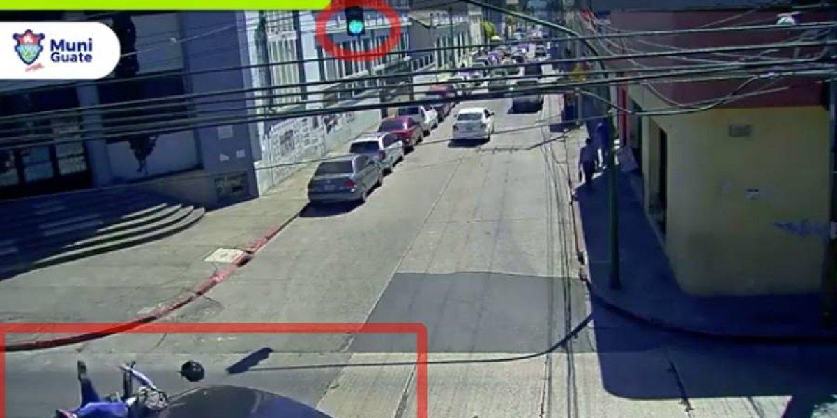 VIDEO. Motorista es atropellado violentamente por vehículo que se pasa semáforo en rojo