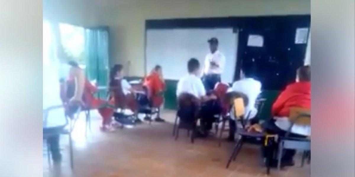 En video quedó registrada la violenta reacción de un profesor contra un estudiante