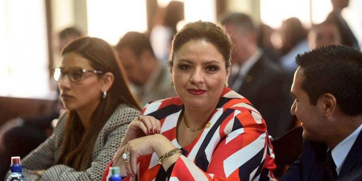 """Colocan en Universidad Landívar carteles donde """"declaran non grata"""" a Canciller Sandra Jovel"""