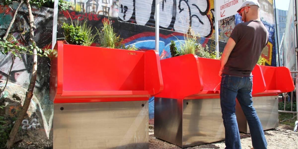 """""""Incita al exhibicionismo"""": Polémica por urinarios ecológicos y muy públicos sólo para hombres en Paris"""