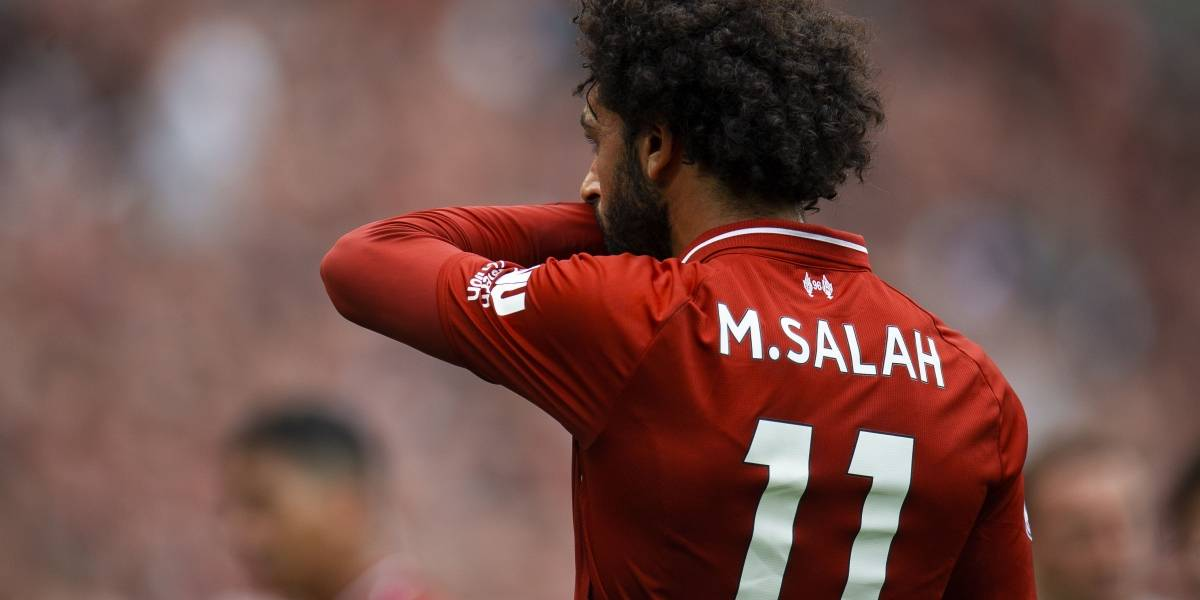 Denuncian a Mohamed Salah por usar su celular mientras conducía